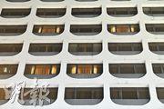 今年9月27日至少8人在尖沙嘴港威酒店房間聚會,當中3人先後確診感染新冠病毒。本報記者昨日所見,該酒店部分房間有開燈,但均拉起窗簾,未知有否舉辦派對。(馮凱鍵攝)
