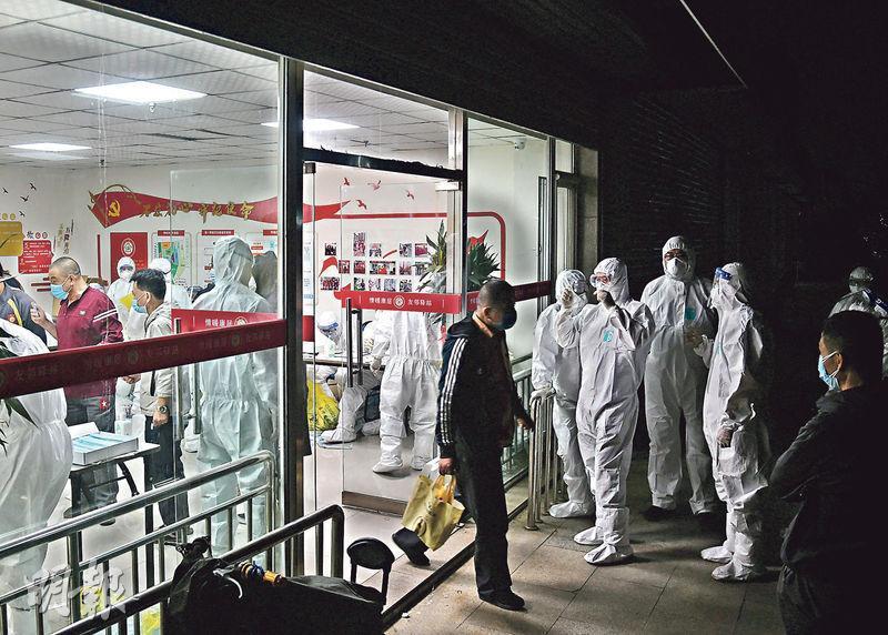青島市疫情反彈。圖為10月11日,青島市北區周口路康居公寓連夜為居民進行核酸檢測;青島市要求在5天內為全市950多萬市民完成檢測。(新華社)
