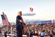 美國總統特朗普周一到佛羅里達桑福德出席競選集會,是他本月1日確診新冠病毒後首度復出重啟競選集會,其間他向台下的支持者拋出未拆開包裝的口罩。(路透社)