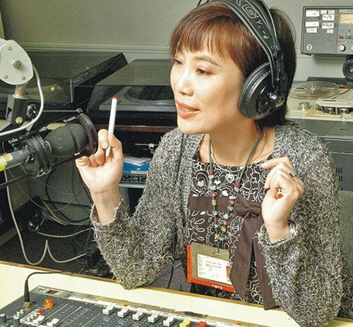 伍曼儀的廣播經驗豐富,曾主持港台節目《開心日報》等,亦一手提拔「音樂情人」鄭子誠等多名廣播界名人;伍1989年首次在港台「開咪」便碰上六四事件。圖為她主持節目相片。(受訪者提供)