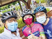 新民黨立法會議員容海恩(中)著住單車衫,同發展局長黃偉綸(左)等齊齊挑戰「屯馬線」單車徑。(容海恩fb)