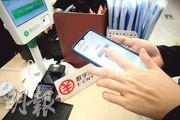 深圳市聯合央行發放的數字人民幣昨日結束為期一周的試用期。圖為近日,深圳市民在商舖試用數字人民幣。(明報記者攝)