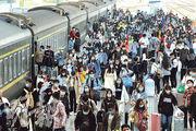 中國工程院院士鍾南山昨表示,中國在十一長假接待國內遊客6.37億人次,充分證明新冠疫情得到很好的控制。圖為10月8日,大批旅客在山東煙台火車站下車出站。(新華社)
