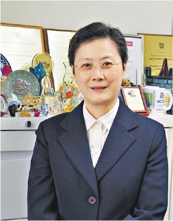 港大化學學者任詠華在於港大取得一級榮譽理學士和博士學位,主要從事無機和金屬有機化學、超分子化學、光物理學和光化學,以及金屬基分子功能材料等方面的研究。(港大提供)