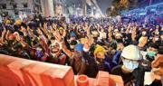 泰國曼谷周一繼續有民眾無視緊急法舉行反政府示威,在場的示威者舉起象徵對抗極權的「三指禮」,部分人戴着頭盔。(法新社)