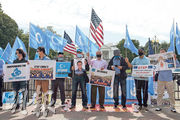 東突厥斯坦國家覺醒運動(ETNAM)的維吾爾人今年10月1日趁中國國慶,在美國白宮外指控中國殺戮、逼害維吾爾族人。新疆維吾爾族人權問題是美國指摘中國的其中一項議題。(法新社)