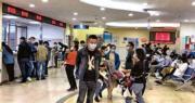 圖為10月16日,在浙江義烏江東街道社區衛生服務中心,市民在辦理新冠疫苗接種的窗口諮詢接種事宜。(網上圖片)