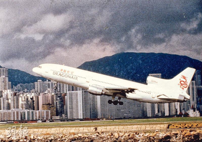 港龍航空早於1996年轉由中資中航興業成為大股東,持股多達43%,中航興業其後更借港龍成為主要上市資產,當年港龍的估值已超過80億元。圖為1996年,港龍旗下第二架洛歇L011三星客機在啟德機場起飛。(資料圖片)