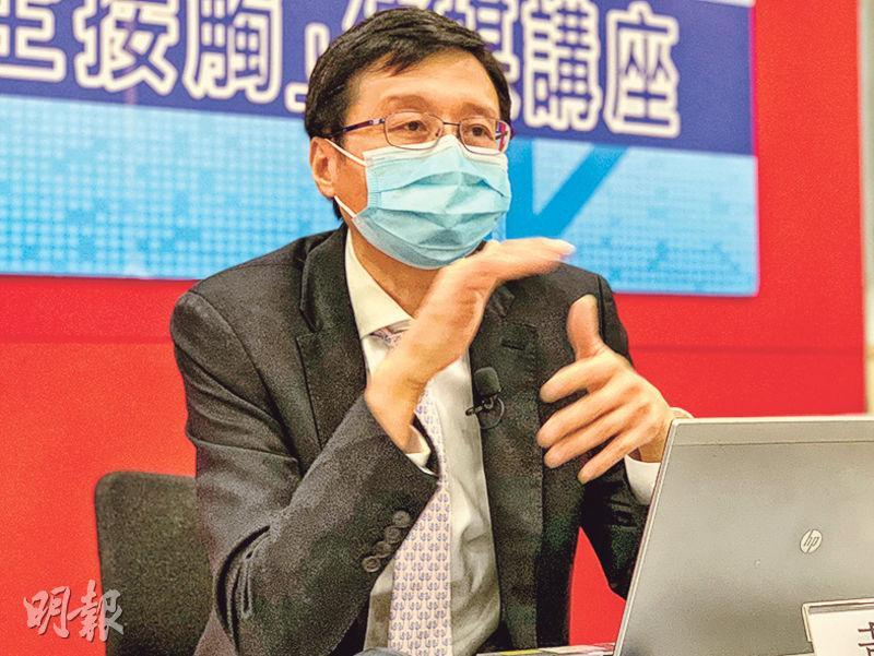 香港癌症資料統計中心總監黃錦洪昨日公布本港2018年最新癌症數據, 稱男女新症比例近年逐步收窄,由2008年相差約1600宗,至2018年只相差52宗,更預料明年公布的2019年數據有可能出現歷史性逆轉,女性新症首次多於男性。(朱韻斐攝)