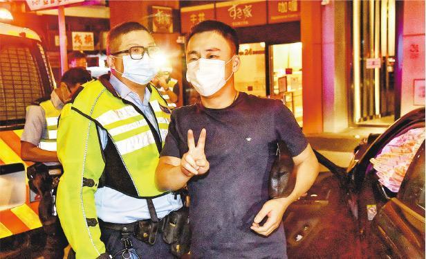 保時捷男司機涉醉駕被捕,其後報稱不適,等候救護車期間,不時向到場採訪記者展示V字手勢。