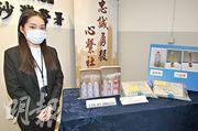 長沙灣元州邨美心西餅今年初遭破壞,警方拘捕一名17歲少年,展示證物包括氣罐及汽油彈與通渠劑的相片。(伍浦鋒攝)