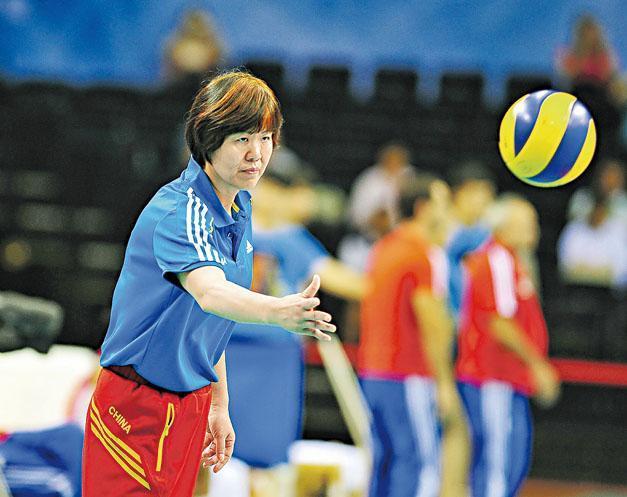2013年起郎平再度擔任中國女排主教練。圖為當年她在中國國際女排精英賽中帶隊情况。(新華社)