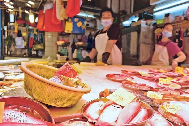 有魚檔店員稱,若要方便客人付款,八達通機必須安裝在檔外,否則會被鮮魚的鹹水沾濕,令機件容易損壞。