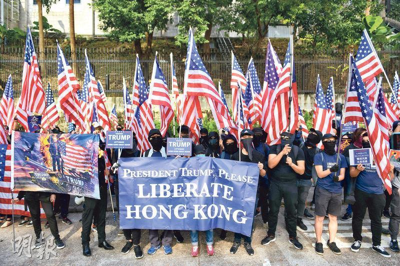 在反修例運動如火如荼之際,美國總統特朗普去年11月底簽署的《香港人權與民主法案》生效,有本港示威者同年12月發起遊行,手持美國國旗前往美國駐港總領事館,稱要感謝美國保護香港。(鍾林枝攝)
