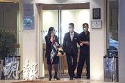 尖沙嘴帝苑酒店昨日重開,有住客及職員進出,其餐廳要到本月29日才重開。(楊柏賢攝)