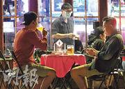 港大微生物學系講座教授袁國勇稱,早前到訪蘭桂坊,發現大多酒吧顧客除下口罩後近距離談話,情况不理想。他認為若規定酒吧顧客不可除口罩,例如用可伸入口罩的飲管飲酒,可放寬酒吧通宵營業。(賴俊傑攝)