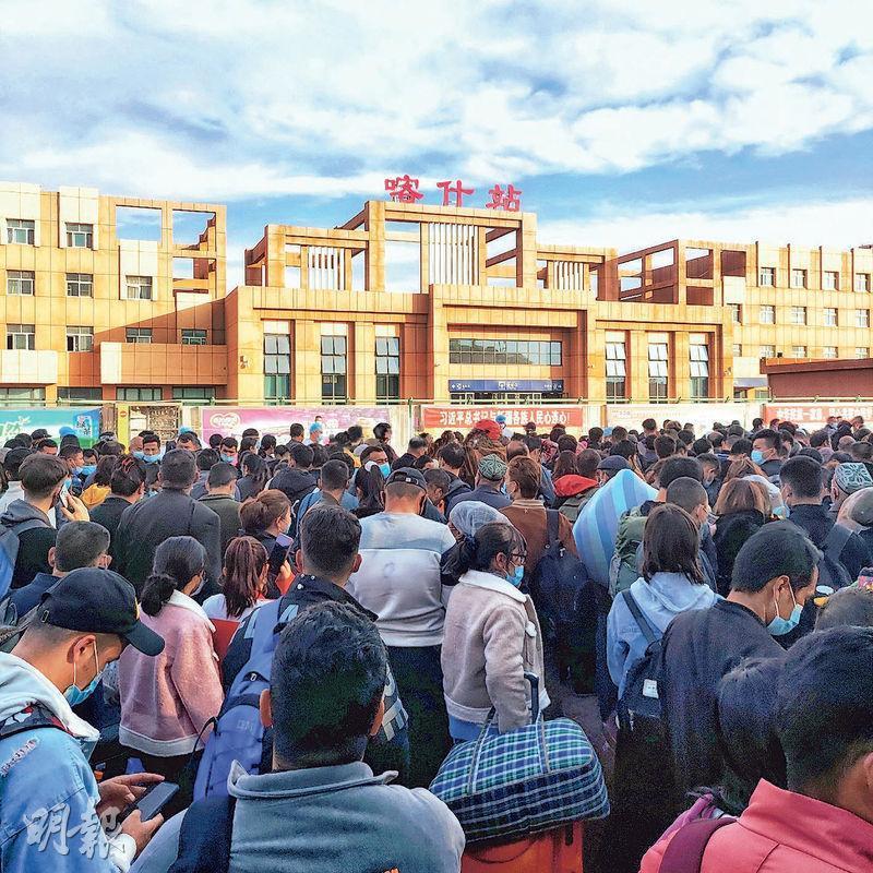 新疆喀什昨日查出一名無症狀感染者。官方立即下令封城,至晚上航班交通陸續恢復。圖為網民拍下昨日喀什火車站的情况,大量乘客因火車停運站外滯留。(網上圖片)