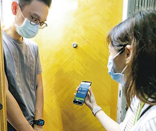 由市建局自行研發的「健康碼」程式於本月9日開始運作,其中於本月中,市建局啟動旺角山東街重建項目後,調查員展開凍結人口調查均在手機安裝程式,並在家訪時,向住戶出示「健康碼」上顯示的資訊。(市建局圖片)