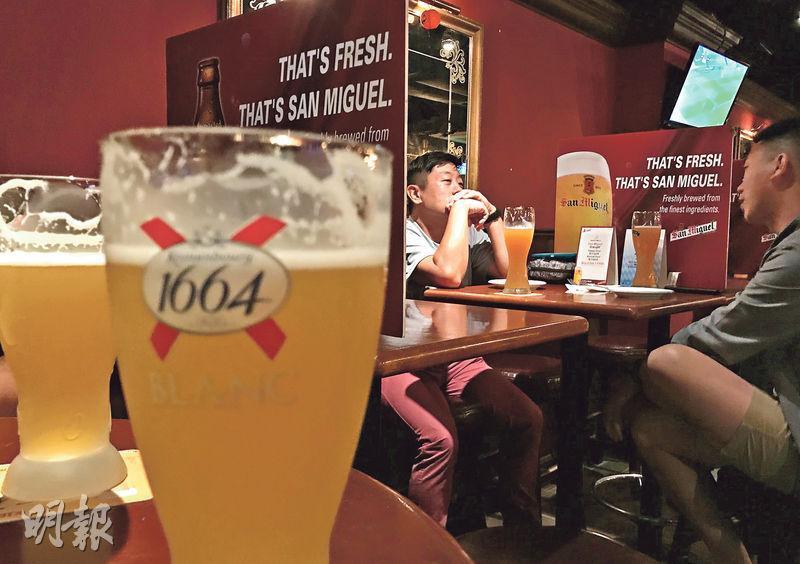 現時政府規定酒吧只可兩人一枱、營業至午夜,本周五起將放寬至4人一枱、可營業至凌晨2時。有酒吧業界預計,措施放寬後生意額可回升三成。圖為大埔區一酒吧。(鄧宗弘攝)