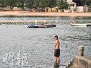 因應第三波疫情,康文署自7月中關閉轄下所有泳灘,署方昨日宣布11月3日重開泳灘。昨日在深水灣泳灘,有泳客在泳灘外的碼頭下水。(楊柏賢攝)