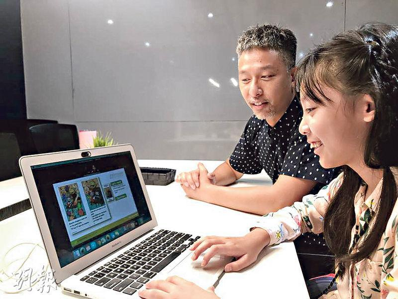 就讀國際學校第七級的Samantha(右)喜歡網上學習,因為「不用四圍走」,省卻交通時間,並因在平台上可獲同一名老師長期跟進及授課,故由平台成立最初使用至今。她的父親Cato(左)表示,現時每月支付約2000港元,令女兒可每星期在平台上兩節課,冀女兒學好英文。(李以莊攝)