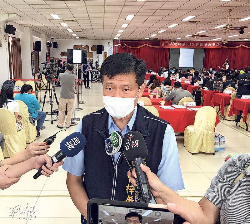 台中市一名男子疑因接種流感疫苗出現不良反應,該市衛生局長曾梓展(中)表示,此事將由台衛福部後續協助。(中央社)