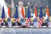 周二在新德里,美國防長埃斯珀(左起)、美國國務卿蓬佩奧、印度國防部長辛格、印度外交部長蘇傑生舉行「2+2」對話會。(法新社)