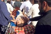 巴基斯坦白沙瓦昨日宗教學校爆炸襲擊中的一名傷者被送院搶救。(路透社)