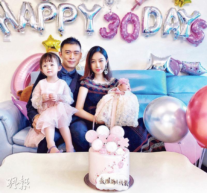 樊少皇抱着大女「小飯兜」、賈曉晨抱着細女「小飯團」開心影全家福。(網上圖片)