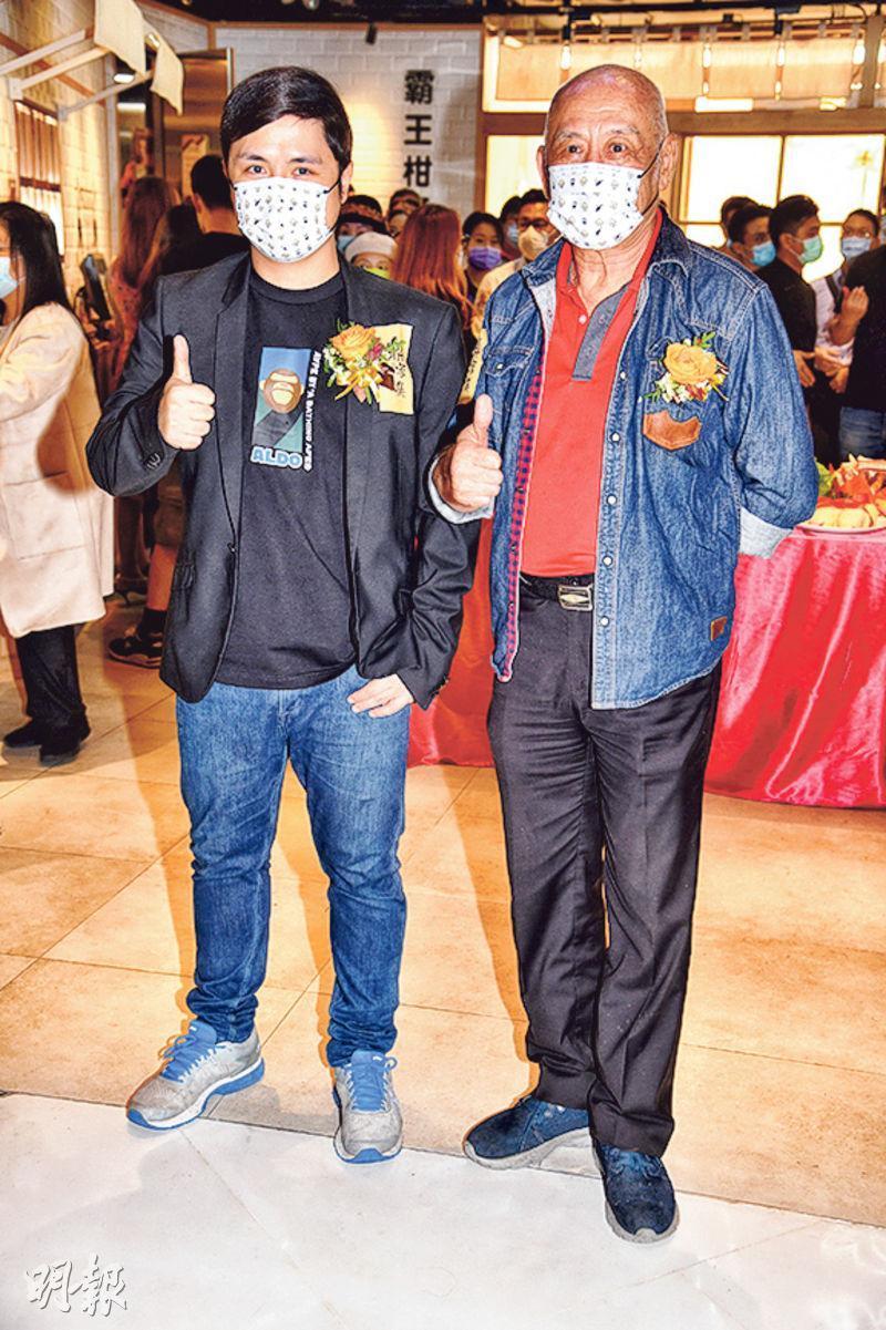李泳豪(左)與父親李家鼎昨日為荃灣新店主持開幕儀式。(攝影:劉永銳)