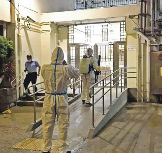 房協表示,土瓜灣樂民新村樂智樓(H座)一名居民昨日初步確診,昨晚有身穿保護衣的工作人員入大廈消毒。(facebook 專頁「樂民新村姑」提供)