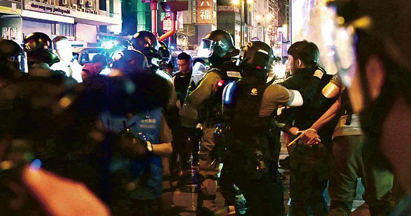 去年10月政府刊憲實施《禁蒙面法》引發多區示威,其中在旺角一帶有示威者「私了」內地人,案件昨於區域法院判刑。法官昨強調法庭不接受私刑,直指行為與黑社會、惡棍無異。(資料圖片)