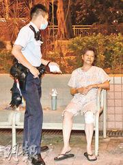 楊姓男戶主的母親腳部受傷,逃生後一度坐在路旁椅子上等候送院。(蔡方山攝)