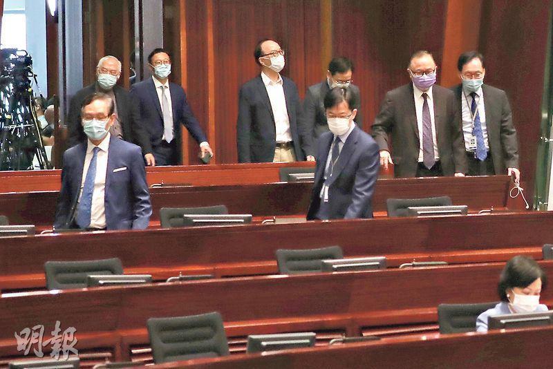 立法會昨日共點算人數13次,建制派多番進出會議廳以防流會。圖為昨日中午時分,建制派議員一同返回會議廳。(李紹昌攝)