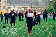 英國歌劇界受控疫措施嚴重影響,包括芭蕾舞、音樂、戲劇、歌劇等相關業者上周一起在國會廣場上展開題為「在廣場求生」(Survival in the Square),以表演模式呈現的抗議活動,促請政府關注他們生計難以維持的境况。圖為他們上周五(10月30日)示威時的情况。(法新社)