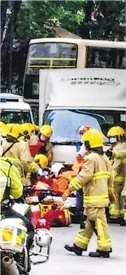 一名女子在荃灣麗城花園對開過路時被捲入貨車底,消防接報到場,以工具唧起貨車救出女子送院。(網上圖片)