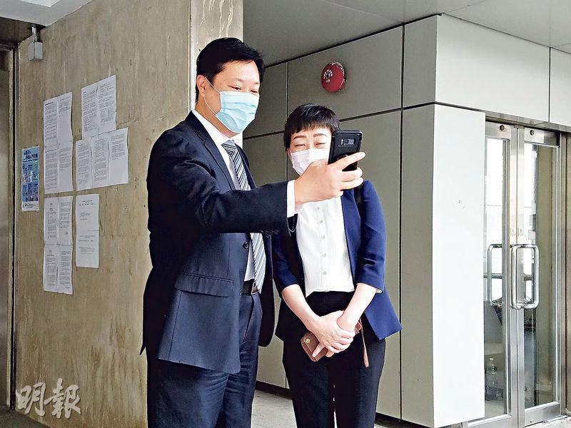 衛生署張竹君醫生(右)噚日到高等法院為DR美容集團誤殺案出庭作供,講述衛生署事後撰寫嘅調查報告,離開時遇到男粉絲(左)要求合照。(余卓祈攝)
