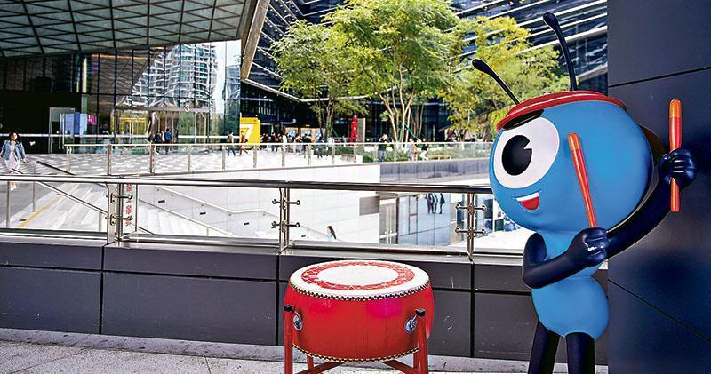 螞蟻集團上市在即,外電報道有投資者透過暗盤高價掃入螞蟻H股。圖為螞蟻集團位於杭州總部外的吉祥物。(路透社)