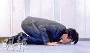 田中圭在新劇中扮演另類教師,應學生要求跪低舔課室地板。