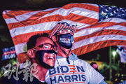 佛羅里達州邁阿密周二晚有民主黨支持者出席觀戰集會,有人露出笑容。(法新社)