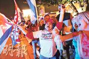 周二晚有特朗普的支持者在邁阿密眼見其在佛羅里達州的得票節節上升,雀躍歡呼。(法新社)