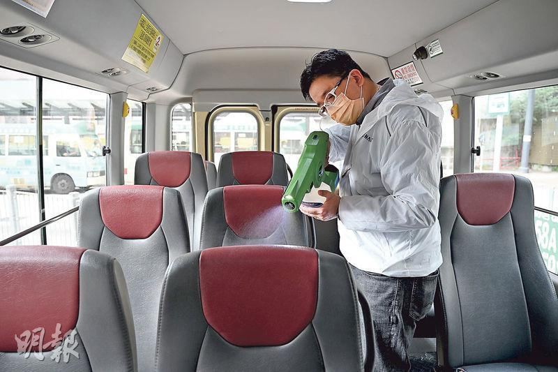進智公交陸續為旗下約400架小巴車廂各部分表面噴灑抗病毒塗層,塗層可將包括引起新冠肺炎的冠狀病毒殺滅,有效期為90日。(賴俊傑攝)
