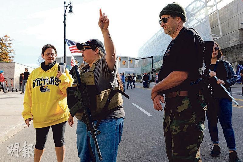 密歇根州底特律市用作點票的會議中心外,上周五有反特朗普的持械者示威抗議。(法新社)