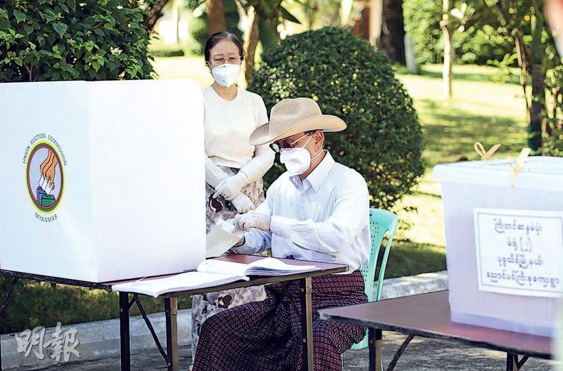緬甸前總統登盛上周五在首都內比都的寓所提前投票。(法新社)