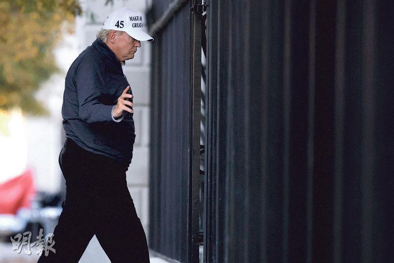 美國總統特朗普上周六在美國傳媒宣布判定拜登勝出大選時,正在其集團旗下位於弗吉尼亞州的高爾夫球俱樂部打球。圖為當天下午他返回白宮。(路透社)