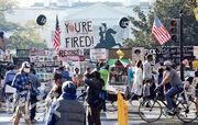 白宮圍欄周日貼着或掛滿針對特朗普的海報、標語,當中有借用特朗普真人騷口頭禪「你被開除了」的大幅標語。(路透社)