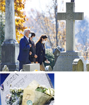 美國總統當選人拜登(左起)周日望完彌撒,與亡兒博.拜登的14歲兒子亨特、與第二任太太所生的女兒阿什莉,到教堂後的墓園悼念辭世的首任妻子、長子和幼女。記者之後發現,其長子博的墳前鮮花夾着紙片寫着:「你父親做到了。」(法新社、路透社)