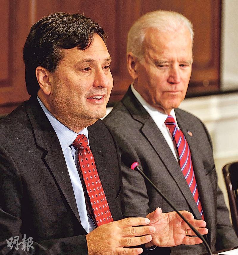 拜登(右)宣布任命有「伊波拉沙皇」之稱的克萊恩(左)為白宮幕僚長。克萊恩是拜登任副總統時的幕僚長,圖為2014年拜登擔任副總統時,聆聽克萊恩向應對伊波拉的機構領袖發言。(路透社)