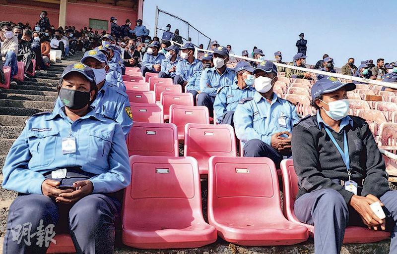 埃塞俄比亞民眾呼籲為衝突傷兵捐血,有警員響應。(路透社)