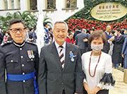 有份出席本年度勳銜頒授典禮的警務處長鄧炳強(左)與另一男嘉賓在禮賓府的花園一度沒戴口罩下合照,在旁女子則有戴口罩。後方人群中,部分人亦沒戴口罩。(網上圖片)